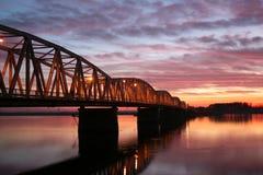 Roter Sonnenuntergang über der Brücke Stockbild