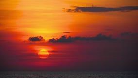 Roter Sonnenuntergang über Ozean stock video