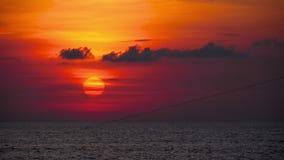 Roter Sonnenuntergang über Ozean stock footage