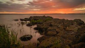 Roter Sonnenuntergang über See Corangamite im Sommer, summen herein laut stock video