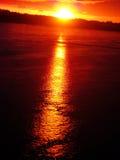 Roter Sonnenuntergang auf dem Fluss lizenzfreies stockfoto