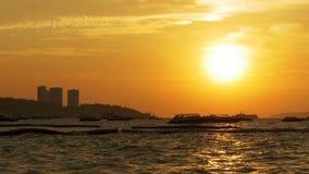 Roter Sonnenuntergang auf dem Meer mit den Booten, die auf die Wellen beeinflussen thailand Pattaya stock video footage