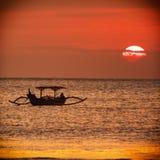 Roter Sonnenuntergang auf dem Strand Stockfotografie