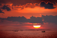 Roter Sonnenuntergang und Meer lizenzfreie stockbilder