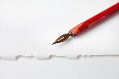 Roter Spitzenfüllfederhalter auf Weißbuch maserte Hintergrund flache Schärfentiefe der Makroansicht, Kopienraum Lizenzfreie Stockbilder
