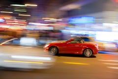 Roter Sportwagen an den Kreuzungen Stockfotos