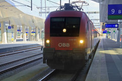 Roter Stadtzug der österreichischen Bundeseisenbahn Stockbilder