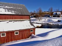 Roter Stall an einem Wintertag Stockfoto