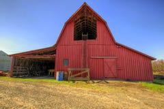 Roter Stall im Oregon-Ackerland Stockbild