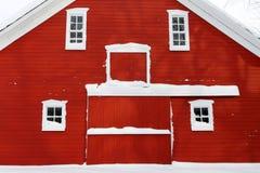 Roter Stall im Schnee Stockfotografie