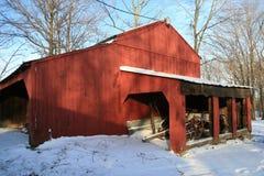 Roter Stall im Winter lizenzfreies stockfoto