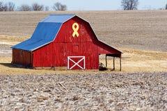 Roter Stall mit gelbem Farbband Stockfotografie