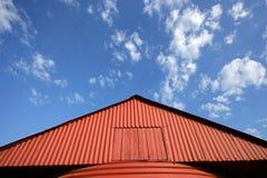 Roter Stall und Himmel stockfotos