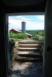 Roter Stall und Silo vom Keller lizenzfreies stockbild