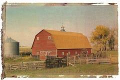 Roter Stall und Zaun lizenzfreie stockbilder