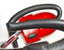 Roter Staubsauger auf weißem Hintergrund lizenzfreie stockfotografie