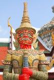 Roter stehender Drache. Fragment von König Palace in Bangkok Lizenzfreie Stockfotos