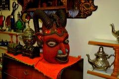 Roter Stier ` s Kopf, Maskenzahl Shop mit Zahlen, Dekorationsartikelsammlungen stockfotografie
