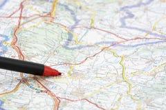 Roter Stift auf einer Karte lizenzfreie stockfotos