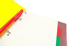 Roter Stift auf Notizbuchnahaufnahme auf Weiß lizenzfreie stockfotografie
