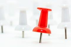 Roter Stoßstift in den vorderen und weißen Stoßstiften an der Rückseite Lizenzfreie Stockfotografie