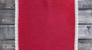 roter Stoff mit weißes Leinen gesponnener handgemachter Spitze Lizenzfreie Stockfotos