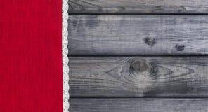 roter Stoff mit weißes Leinen gesponnener handgemachter Spitze Stockbilder