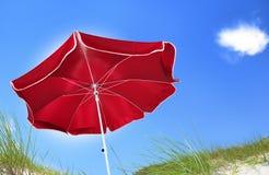Roter Strandregenschirm Stockfotos
