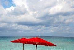 Roter Strandregenschirm Lizenzfreie Stockbilder