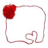 Roter Strang mit Herzen für Häkelarbeit lizenzfreie stockbilder