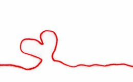 Roter Strang mit Herzen für Häkelarbeit stockbilder
