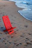 Roter Stuhl auf dem Ufer stockfoto