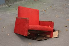 Roter Stuhl in der Grube stockbild