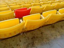 Roter Stuhl im gelben Stuhl Lizenzfreies Stockbild