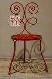 Roter Stuhl im Verkauf stockfoto