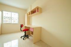 Roter Stuhl mit Tabelle Lizenzfreie Stockfotografie