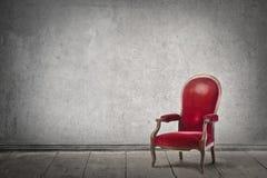Roter Stuhl nach innen lizenzfreies stockbild