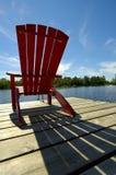 Roter Stuhl-Schatten auf Plattform Stockfoto