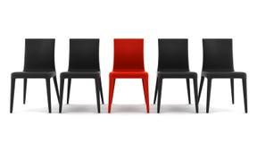 Roter Stuhl unter den schwarzen Stühlen getrennt auf Weiß Stockbild