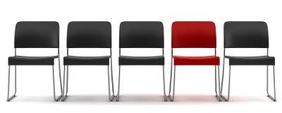 Roter Stuhl unter den schwarzen Stühlen getrennt auf Weiß Stockfoto
