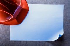 Roter Sturzhelm und leeres Papier Stockfotos