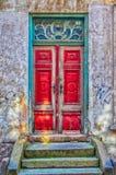Roter Tür-Grün-Rahmen Stockbild