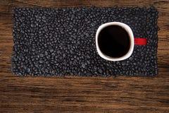 Roter Tasse Kaffee auf hölzerner Tabelle stockfoto