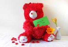 Roter Teddybär, der ein Verzeihung ich Anmerkung hält Lizenzfreie Stockbilder