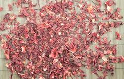 Roter Tee über Bambusmatte lizenzfreie stockbilder