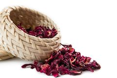 Roter Tee im Weidenkorb, lokalisiert auf weißem Hintergrund Lizenzfreies Stockbild