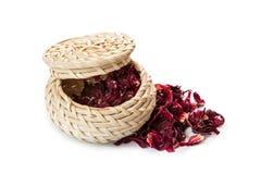 Roter Tee im Weidenkorb, lokalisiert auf weißem Hintergrund Stockbilder