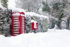 Roter Telefon- und Pfostenkasten im Schnee Lizenzfreie Stockfotografie