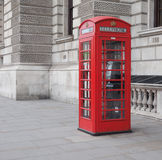 Roter Telefonkasten in London Stockbilder