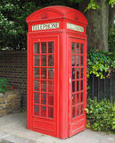 Roter Telefonkasten in London Stockbild